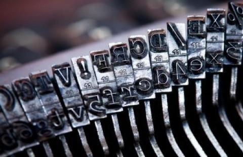 12058136-close-up-di-vecchia-macchina-da-scrivere-lettere-e-tasti-dei-simboli