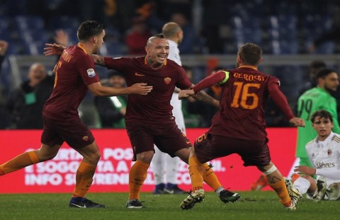 ROME, ITALY - DECEMBER 12:  Radja Nainggolan with his teammates Kevin Strootman and Daniele De Rossi of AS Roma celebrates after scoring the opening goal during the Serie A match between AS Roma and AC Milan at Stadio Olimpico on December 12, 2016 in Rome, Italy.  (Photo by Paolo Bruno/Getty Images )