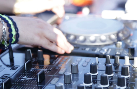 hands-of-a-young-deejay-boy-disk-jockey-are-playing-on-his-consolle-during-an-afternoon-cocktail-party_rgnxiq63_thumbnail-full01