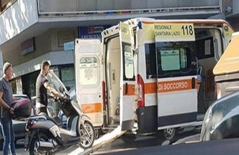lo-scooter-non-sta-molto-benecaricato-in-ambulanza-a-roma_dc8bf58a-570e-11e7-af4c-cf6f54d1953b_998_397_big_story_detail