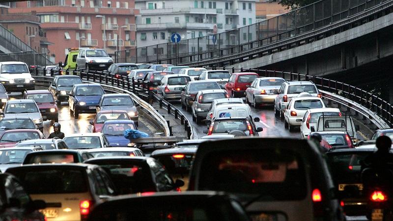 20081112 - ROMA -  ENV -  ISTAT:SOFFOCATI DA TRAFFICO,1 SU 3 NON BEVE ACQUA RUBINETTO -  Nell'immagine di archivio , una strada romana congestionata dal traffico automobilistico.   Italiani sempre afflitti da traffico, rumore e inquinamento, mentre ancora tanti, un terzo in tutto, non si fidano a bere l'acqua di rubinetto. Questo il quadro dei problemi avvertiti di piu' sul fronte ambientale dalle famiglie nella zona in cui abitano, secondo la fotografia scattata in un'indagine dell'Annuario statistico italiano 2008. ARCHIVIO ANSA /JI